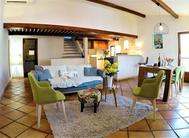 Stunning flat for 6 above marché provencal, AC