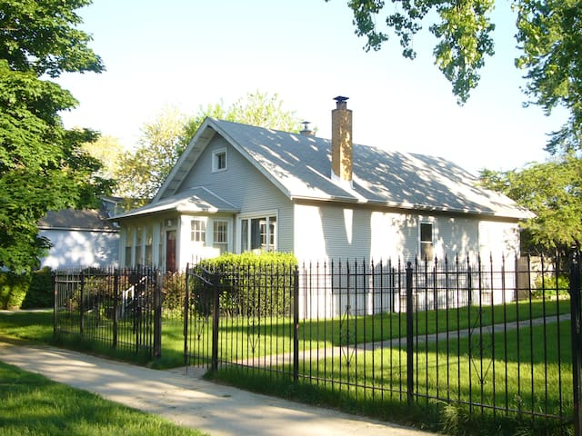 Cozy cottage in Chicago - dog friendly.