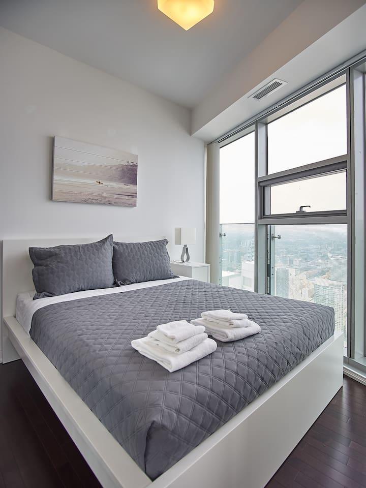 Luxurious 3BR/2BATH w/Lake + city view on 64 floor