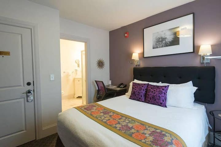 Charming Queen Suite Room in hip cool Portland-Camas