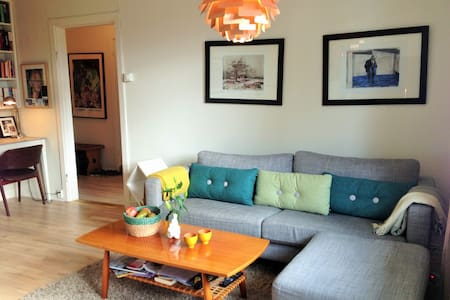 Quiet and modern studio in central Oslo, just 1 min off the subway, and with a view at the Botanical Gardens and the Munch Museum from the balcony. The whole apartment will be at your disposal throughought the stay.
