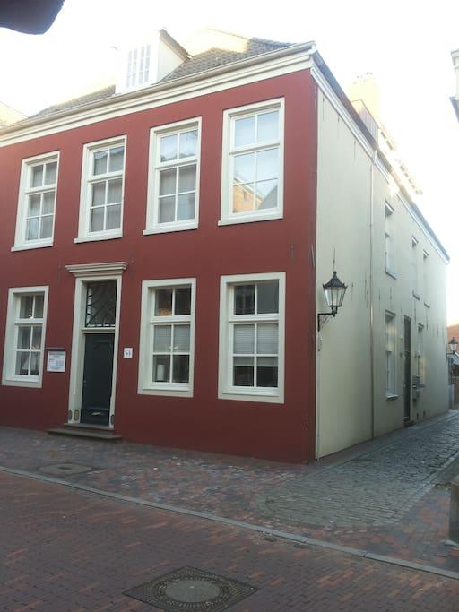 Das Haus von vorne - Eingang an der Seite
