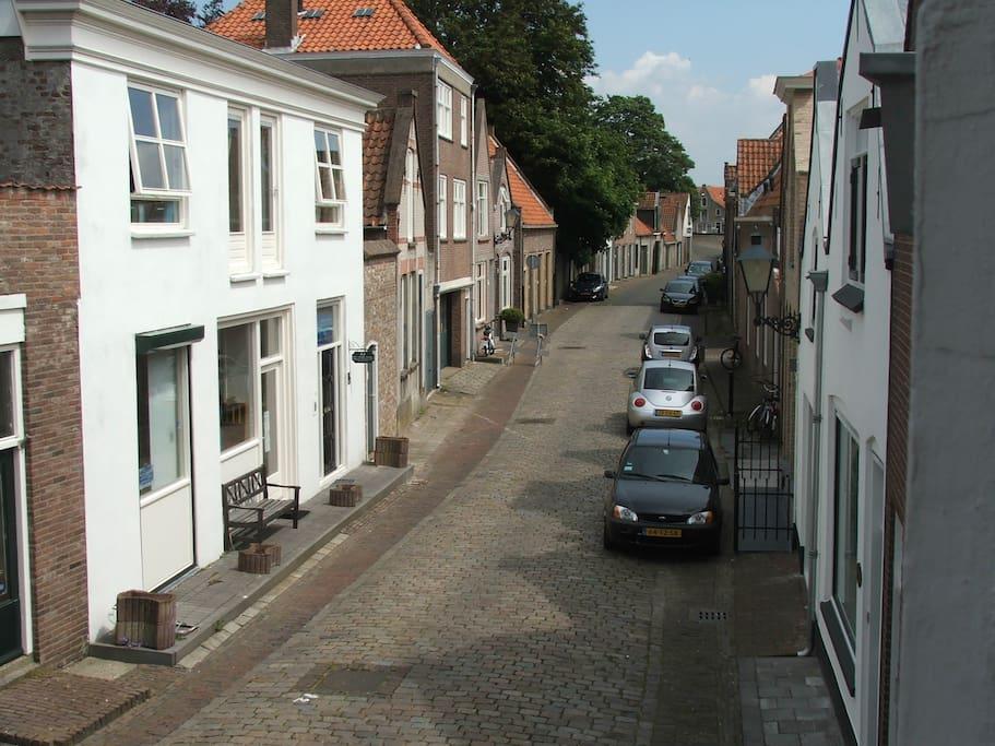 De straat volgt de stroomlijn van een vroegere uitloop van de Oosterschelde.