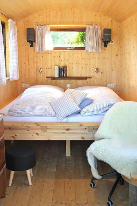 Bett mit guten Matratzen und Lattenrosten