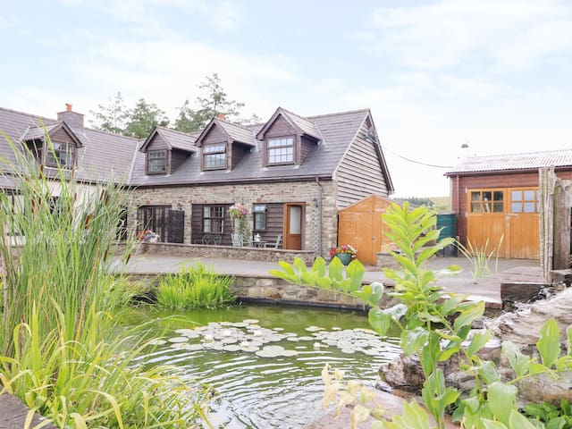 LILY POND COTTAGE, pet friendly in St Harmon, Ref 981897