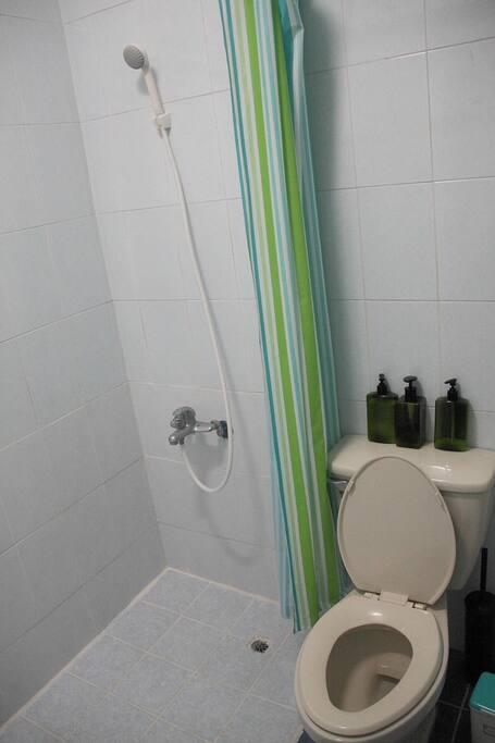 與屋主共用衛浴 Shared shower & toilet