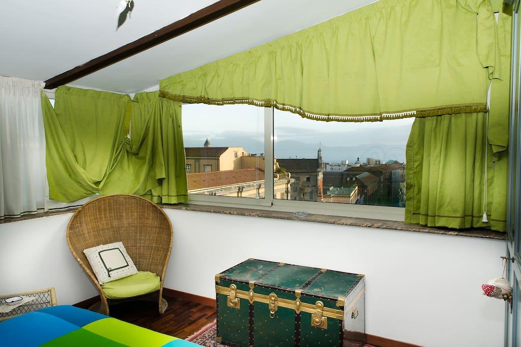 Camera da letto a tende aperte