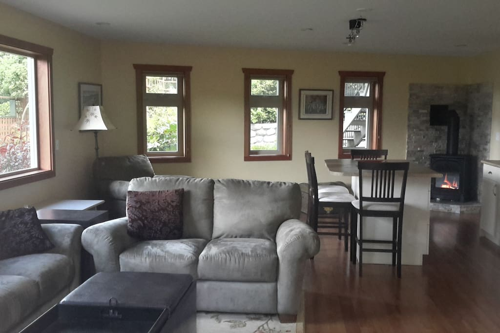 Spacious open concept living/ kitchen/dining area