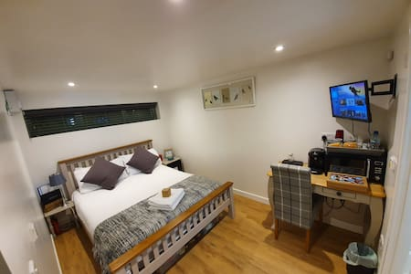 Annex in Chippenham with Sky TV, Parking & WiFi