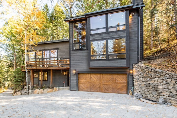 Mountain Modern on Balsam - Modern, Clean, Comfortable, Hot Tub, Private, Wooded