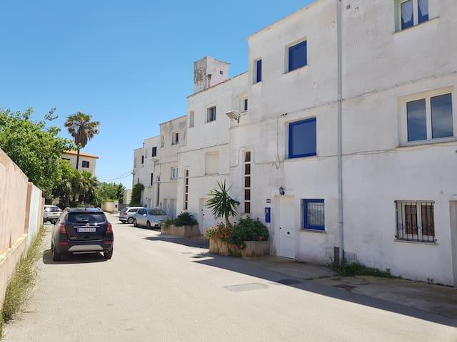 Die kleine Straße des Hauses an dessen Ende der Zugang zum Strand ist.