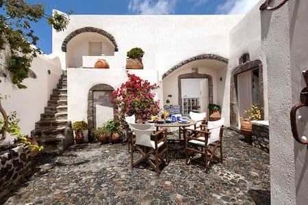 Cyrene Villa 1886 in Megalochori - ティーラ島