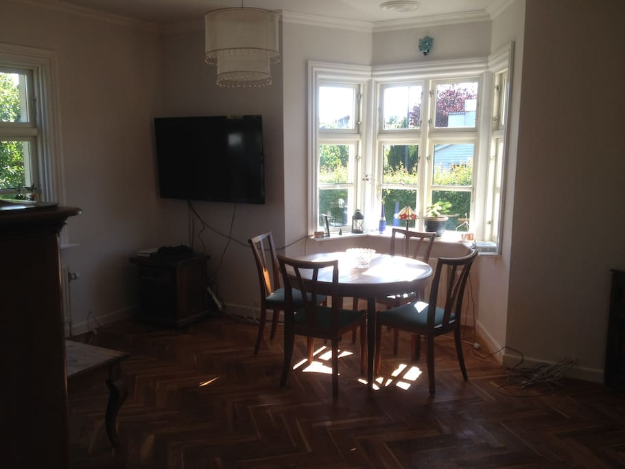 Dinning table extend and has 6 chairs