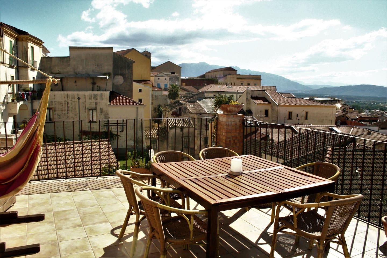 Il terrazzo per le colazioni o per ralassarsi godendo della vista sul centro antico e su tutta la pianura del Sele