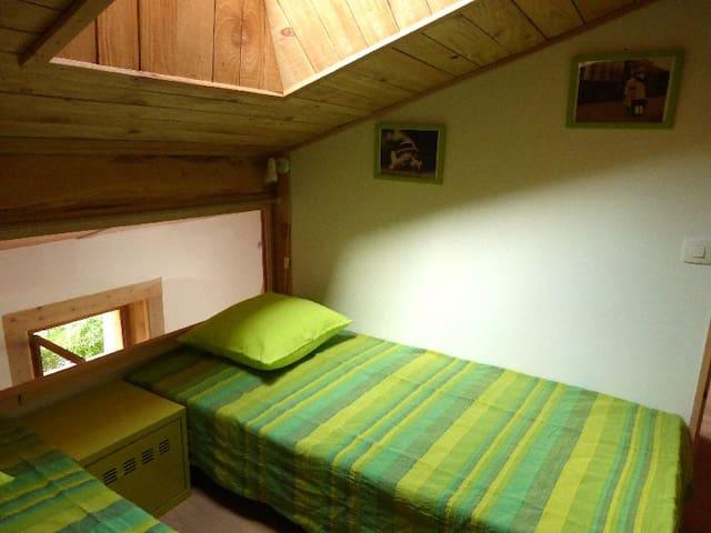 1ère chambrette sous les toits avec 2 lits en 90