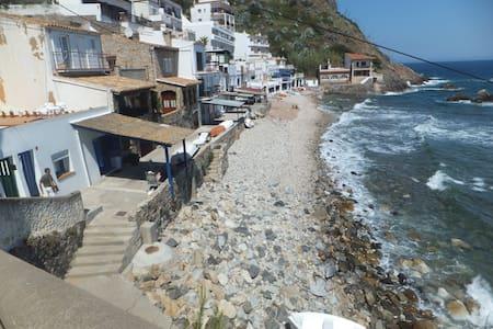casita delante el mar