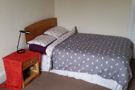 Spacious double bedroom & breakfast