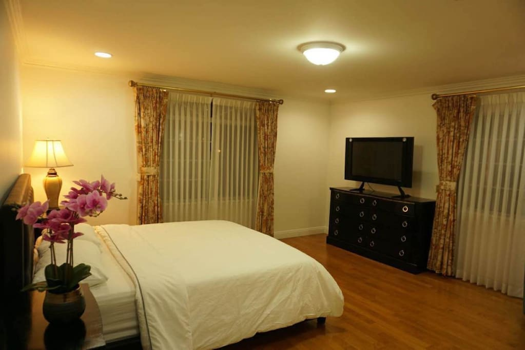 Upstairs bedroom 1: King size bed and good quality mattress! 第一个主卧室大主人房1.8米大床,100多中文电视频道