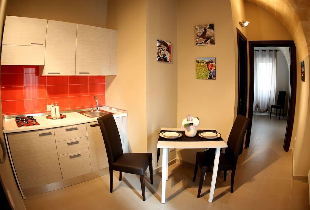 la cucina dispone di pentole e stoviglie