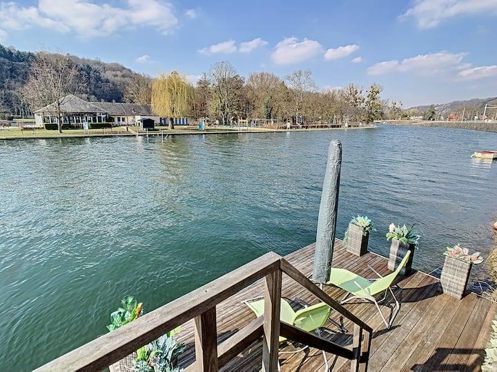 Vue sur Meuse avec jacuzzi et sauna extérieur.