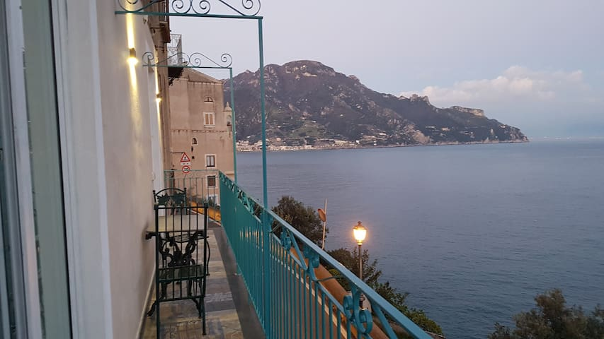 Giovanna's balcony at dawn Il balcone di Giovanna, all'alba