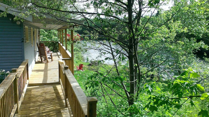 Riverfalls - Private, waterfront chalet with spa - Lac-des-Plages