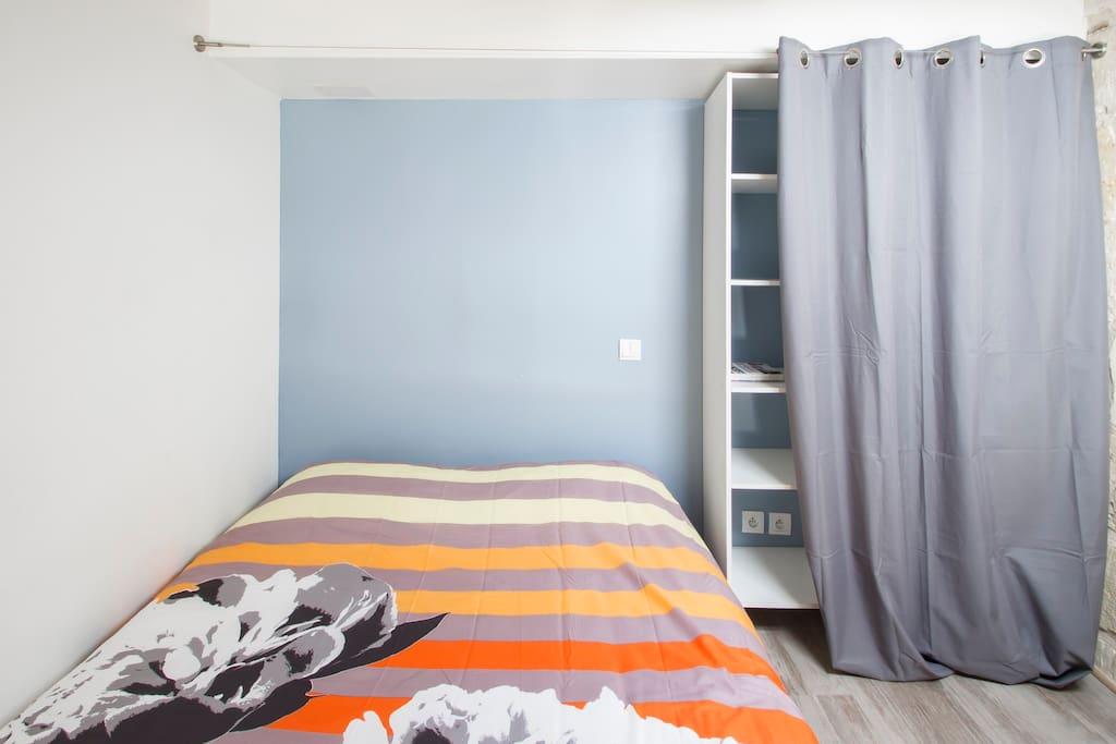 Chambre en mezzanine ( accès par escalier escamotable)
