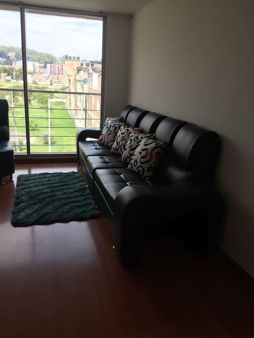 Sala con vista exterior a disposición de los huéspedes y cuenta con TV para quienes lo quieran utilizar.