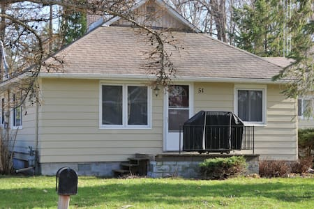 4Bdrm- Charming Lake Simcoe Cottage Steps to Water - Innisfil - 小木屋