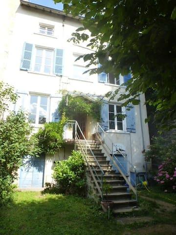 Belle maison avec tipi et piscine région Lyonnais