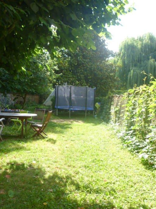 Jardin plat et arboré avec piscine , tepee et trampoline