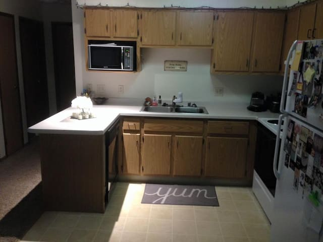*2 bedroom flat 2 miles from EAA* - Oshkosh - Apartment