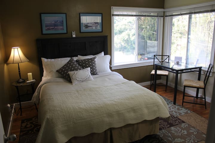 San Juan Room in Cute Brick Home - Burien