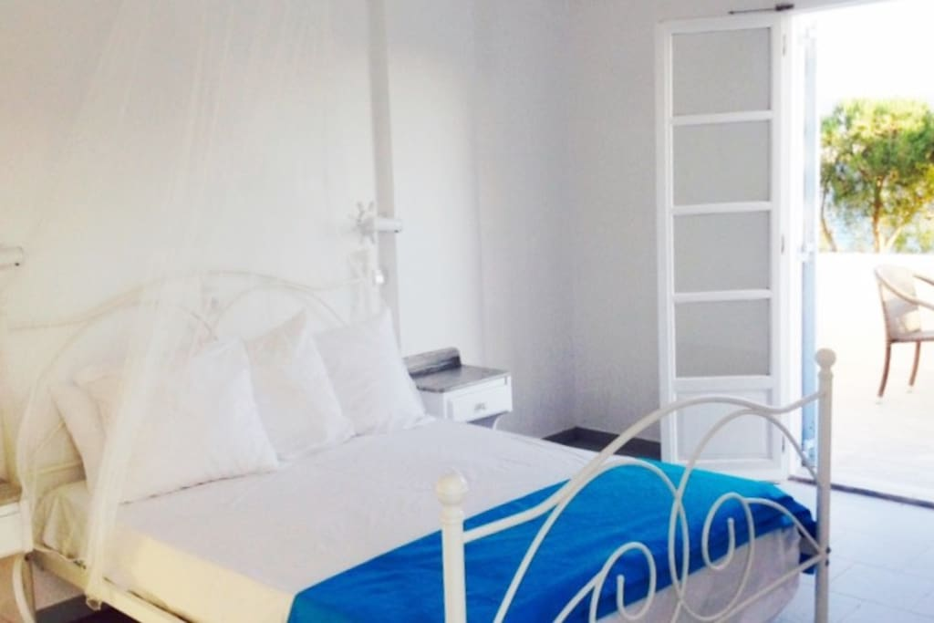 Freshly painted studio for 2 -3 guests ~ Beachfront!