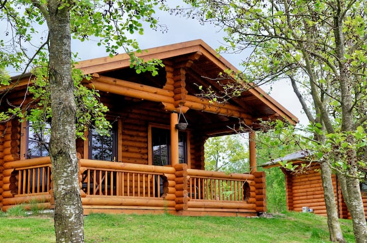 ** Fontburn Solid Log Lakeside Cabin + Hot Tub **