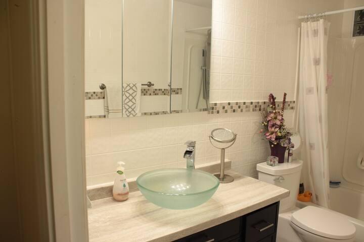 Warm & Bright 1-Bedroom Suite w laundry & kitchen - Caronport - Hus
