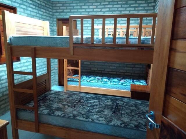 Quarto suíte 2 com ar condicionado, duas beliches, com colchões, lençóis e cobertores.