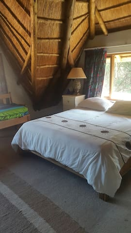 Lawrence Lodge,homely  thatched lodge in best area - Sandton - Bed & Breakfast