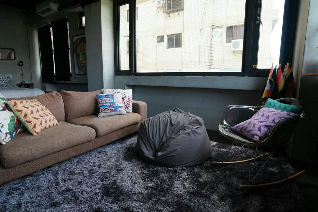 無印良品沙發可供一人睡覺,聊天活動區