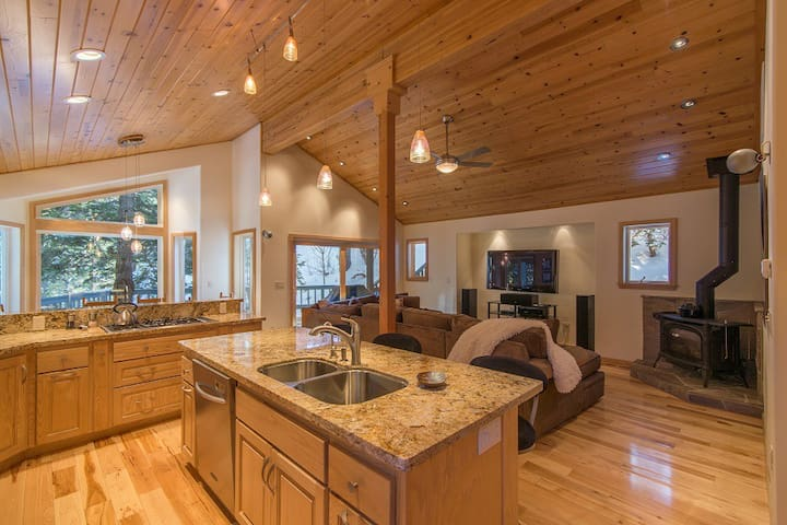 Alpine Meadows Mineral Springs, Beautiful Home, Hot Tub, Deck, Mtn Views