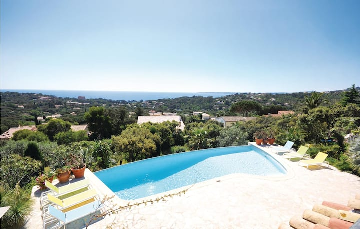Holiday cottage with 4 bedrooms on 180m² in Les Issambres