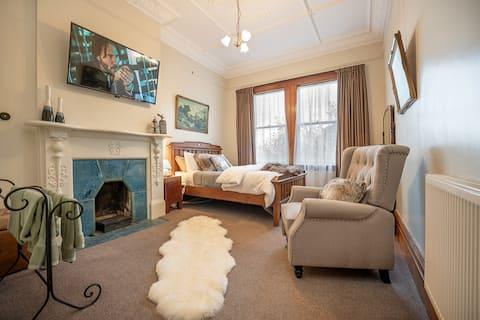 Historic Home Luxury- Minibar- Hot Pool- Breakfast