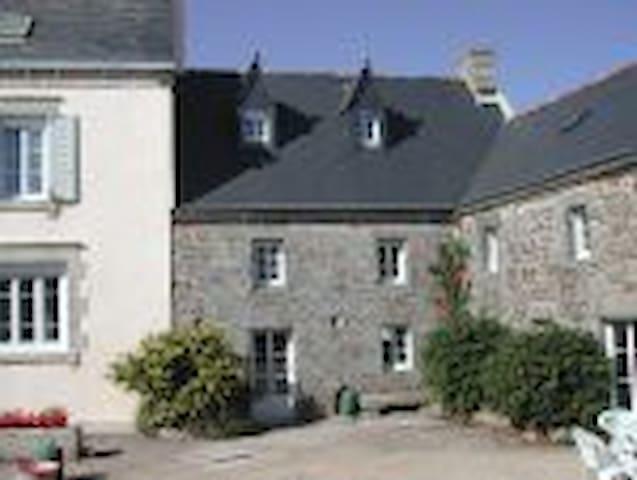 TY COZ ( vieille maison) - Goulien - Casa