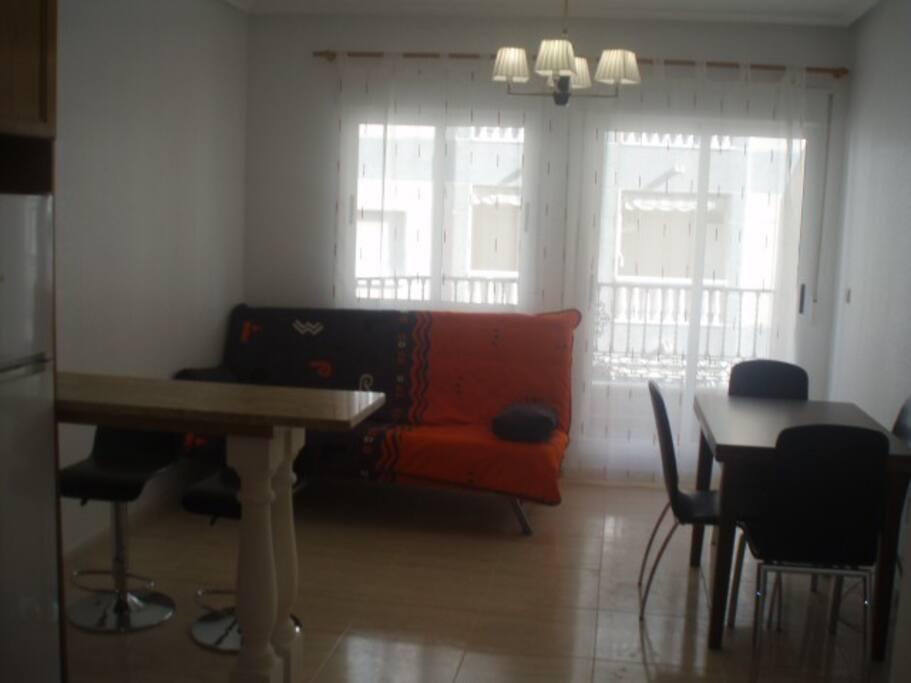 Студия - большой диван-кровать, столовая и кухня + балкон и барная стойка