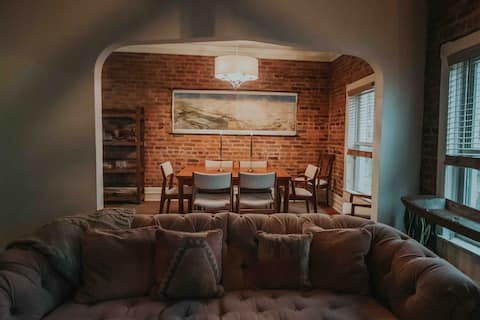 Cozy 1 bedroom rental located above a lovely cafe.