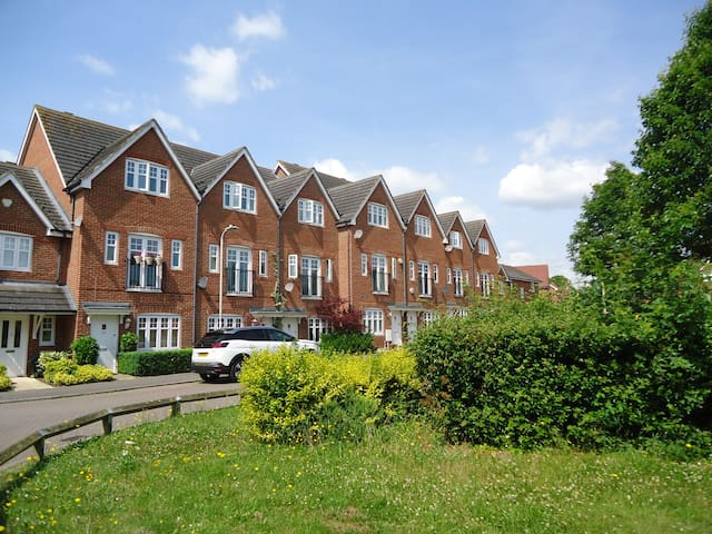 Reading, Shinfield - modern, clean, perfect for M4