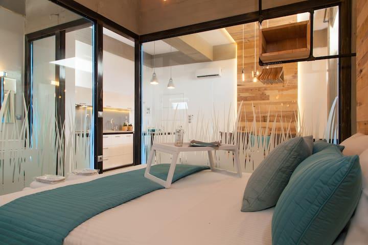 Industrial design 1 bdr apt, w/private veranda #1 - Theriso - Appartement