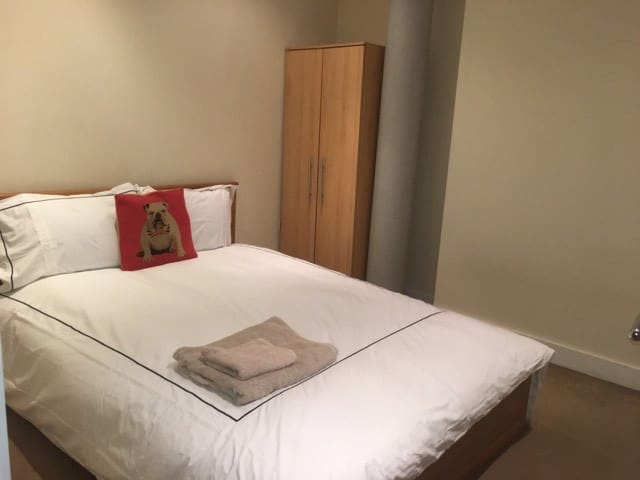 Spacious room in Manchester centre large apartment