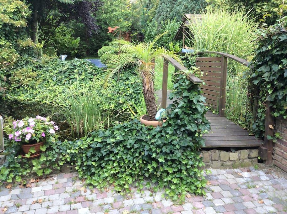 Le jardin avec l'étang et le pont