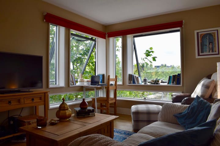 Sunny 2-bed flat in West Cambridge